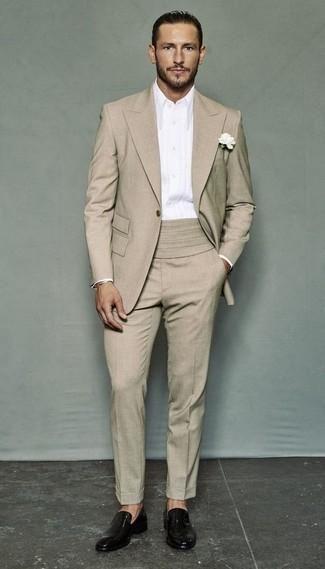 Combinar un mocasín de cuero negro: Ponte un traje marrón claro y una camisa de vestir blanca para una apariencia clásica y elegante. Para el calzado ve por el camino informal con mocasín de cuero negro.