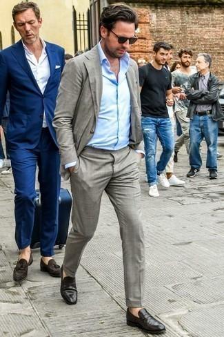 Outfits hombres: Elige un traje gris y una camisa de vestir celeste para un perfil clásico y refinado. ¿Te sientes valiente? Completa tu atuendo con mocasín de cuero negro.