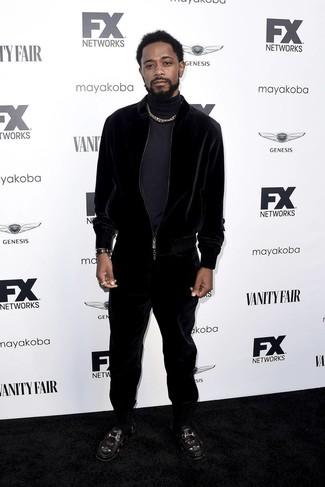 Cómo combinar: reloj de cuero negro, mocasín de cuero bordado negro, chándal de terciopelo negro, jersey de cuello alto azul marino
