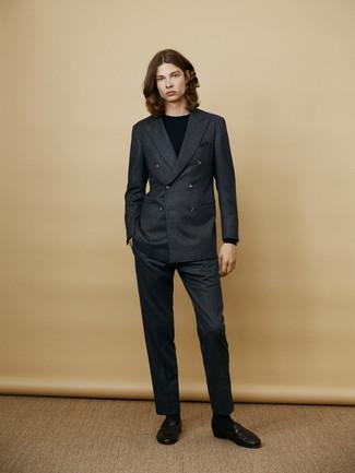 Un traje de vestir con un jersey con cuello circular negro: Ponte un traje y un jersey con cuello circular negro para rebosar clase y sofisticación. Mocasín de cuero negro son una opción práctica para complementar tu atuendo.