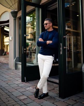 Cómo combinar: gafas de sol negras, mocasín de cuero negro, pantalón chino blanco, jersey con cuello circular azul marino