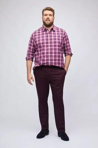 Outfits hombres en verano 2020: Para un atuendo que esté lleno de caracter y personalidad ponte una camisa de manga larga de tartán morado y un pantalón chino burdeos. Completa tu atuendo con mocasín de ante negro para mostrar tu inteligencia sartorial. Si tu en busca de un look ideal para el verano, esta es una solución ideal.