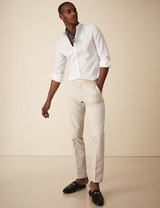 Combinar una camisa de manga larga: Haz de una camisa de manga larga y un pantalón chino en beige tu atuendo para cualquier sorpresa que haya en el día. Con el calzado, sé más clásico y haz mocasín de cuero negro tu calzado.