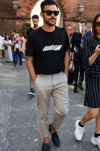 Moda para hombres de 30 años: Ponte una camiseta con cuello circular estampada en negro y blanco y un pantalón chino en beige para una apariencia fácil de vestir para todos los días. Elige un par de mocasín de cuero negro para mostrar tu inteligencia sartorial.