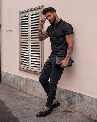 Combinar una camisa polo negra: Elige una camisa polo negra y un pantalón chino negro para un look diario sin parecer demasiado arreglada. Con el calzado, sé más clásico y haz mocasín de cuero negro tu calzado.