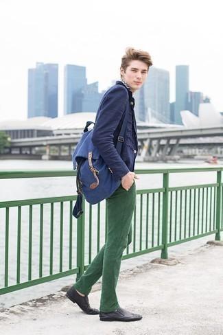 Moda para hombres adolescentes: Empareja un blazer azul marino con un pantalón chino verde oscuro para lograr un estilo informal elegante. Completa tu atuendo con mocasín de cuero negro para mostrar tu inteligencia sartorial.