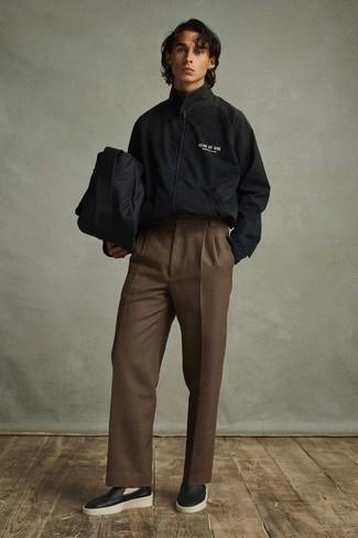 Combinar un chubasquero negro: Usa un chubasquero negro y un pantalón de vestir marrón para un perfil clásico y refinado. Opta por un par de mocasín de cuero negro para mostrar tu inteligencia sartorial.