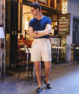 Cómo combinar: reloj de cuero azul marino, mocasín de cuero negro, pantalones cortos de lino en beige, camiseta con cuello circular azul marino