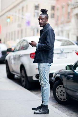 Cómo combinar: calcetines negros, mocasín de cuero negro, vaqueros pitillo desgastados celestes, chaqueta estilo camisa de rayas verticales azul marino