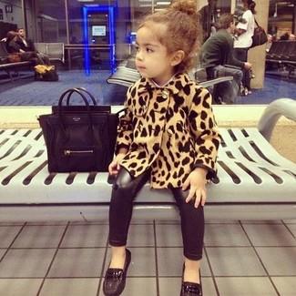 Cómo combinar: mocasín negros, leggings negros, abrigo de leopardo marrón claro