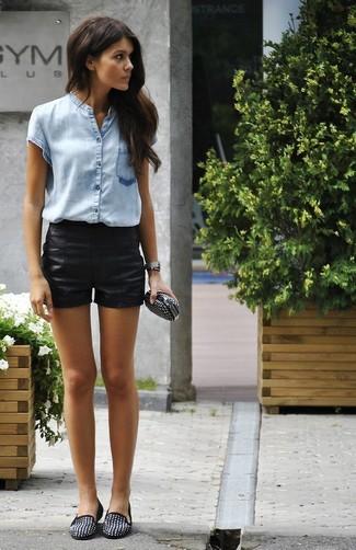 Cómo combinar: cartera sobre de cuero con tachuelas negra, mocasín de ante con tachuelas negros, pantalones cortos de cuero negros, camisa de manga corta celeste