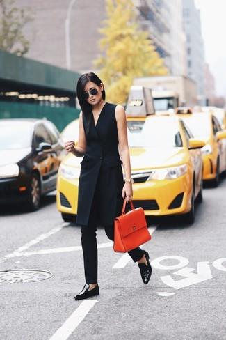 Cómo combinar: bolso de hombre de cuero naranja, mocasín de cuero negros, pantalones pitillo negros, vestido de esmoquin negro
