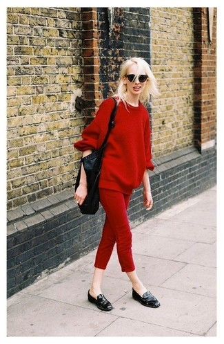 Cómo combinar: bolsa tote de cuero negra, mocasín de cuero negros, pantalones pitillo rojos, jersey oversized rojo