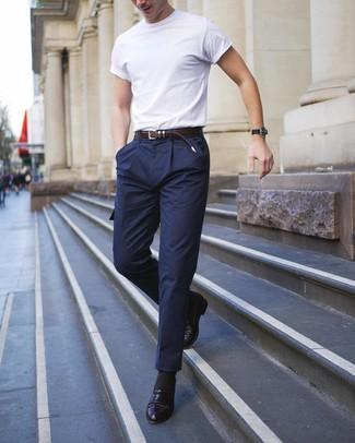 Cómo combinar: correa de cuero en marrón oscuro, mocasín de cuero negro, pantalón cargo de lana azul marino, camiseta con cuello circular blanca