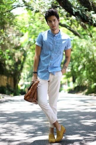 Cómo combinar: bolsa tote de cuero marrón, mocasín de ante mostaza, pantalón chino blanco, camisa de manga corta vaquera celeste