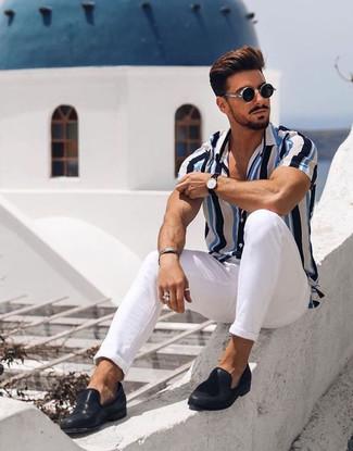 Cómo combinar: gafas de sol negras, mocasín de cuero negro, pantalón chino blanco, camisa de manga corta de rayas verticales en blanco y azul