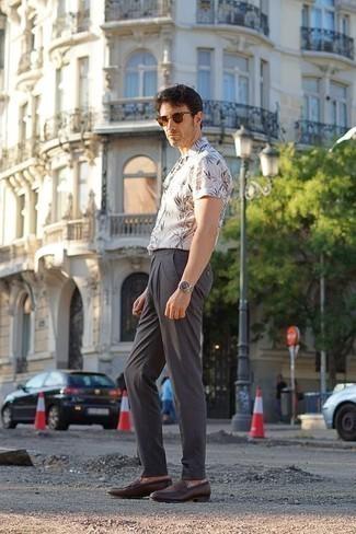 Moda para hombres de 40 años: Empareja una camisa de manga corta estampada blanca con un pantalón chino en gris oscuro para un almuerzo en domingo con amigos. Con el calzado, sé más clásico y elige un par de mocasín de cuero en marrón oscuro.