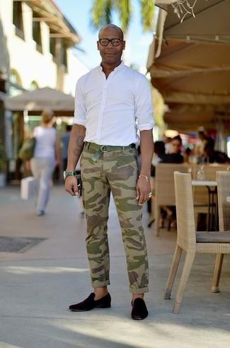 Cómo combinar: correa de lona verde, mocasín de ante negro, pantalón chino de camuflaje verde oliva, camisa de manga larga blanca