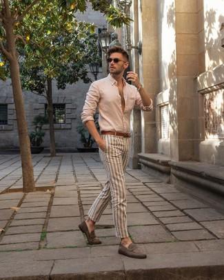 Cómo combinar: correa de cuero marrón, mocasín de ante gris, pantalón chino de rayas verticales en beige, camisa de manga larga en beige