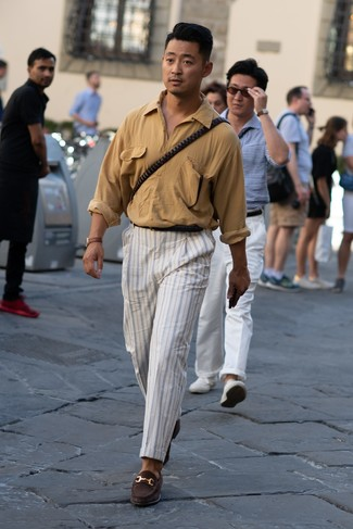 Cómo combinar: correa de cuero negra, mocasín de ante en marrón oscuro, pantalón chino de rayas verticales blanco, camisa de manga larga marrón claro