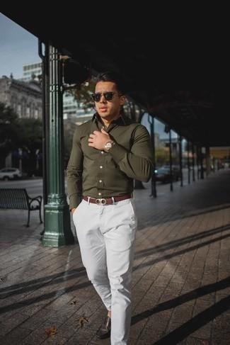 Combinar un reloj dorado: Una camisa de manga larga verde oliva y un reloj dorado son una opción perfecta para el fin de semana. Opta por un par de mocasín de cuero en marrón oscuro para mostrar tu inteligencia sartorial.