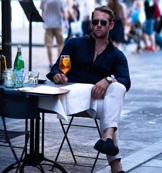 Combinar un pantalón chino de lino en beige: Empareja una camisa de manga larga azul marino junto a un pantalón chino de lino en beige para un almuerzo en domingo con amigos. Mocasín de ante azul marino levantan al instante cualquier look simple.