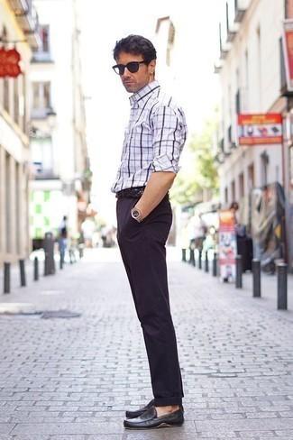 Moda para hombres de 40 años: Intenta combinar una camisa de manga larga de tartán en blanco y azul marino junto a un pantalón chino azul marino para cualquier sorpresa que haya en el día. Mocasín de cuero negro son una opción muy buena para complementar tu atuendo.