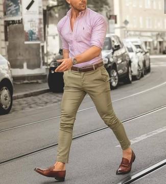 Cómo combinar: correa de cuero marrón, mocasín de cuero marrón, pantalón chino marrón claro, camisa de vestir de rayas verticales rosada