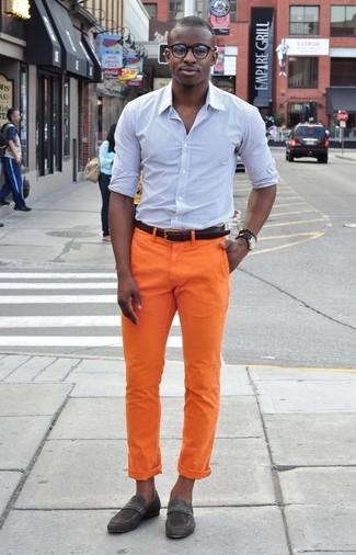 Cómo combinar: correa de cuero en marrón oscuro, mocasín de ante en gris oscuro, pantalón chino naranja, camisa de vestir de rayas verticales celeste