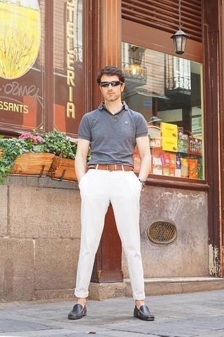 Combinar un pantalón chino blanco: Ponte una camisa polo gris y un pantalón chino blanco para un look diario sin parecer demasiado arreglada. Mocasín de cuero en gris oscuro son una opción inmejorable para complementar tu atuendo.