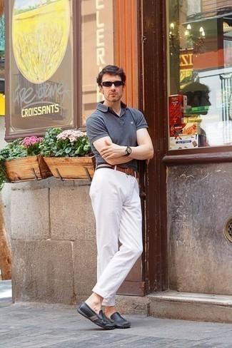 Combinar un pantalón chino blanco: Casa una camisa polo gris junto a un pantalón chino blanco para un look diario sin parecer demasiado arreglada. Mocasín de cuero en gris oscuro son una opción perfecta para completar este atuendo.