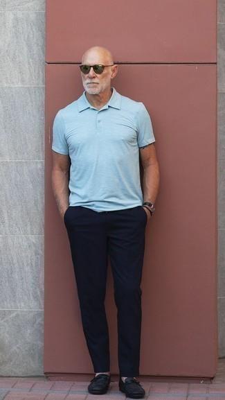 Moda para hombres de 60 años: Intenta ponerse una camisa polo celeste y un pantalón chino azul marino para cualquier sorpresa que haya en el día. ¿Te sientes valiente? Completa tu atuendo con mocasín de cuero negro.