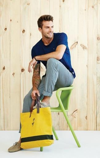 Cómo combinar: bolsa tote de lona amarilla, mocasín de ante marrón claro, pantalón chino de rayas verticales en blanco y azul, camiseta con cuello circular azul marino