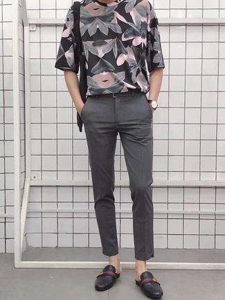 Combinar un mocasín: Ponte una camiseta con cuello circular estampada negra y un pantalón chino gris para un almuerzo en domingo con amigos. Dale onda a tu ropa con mocasín.