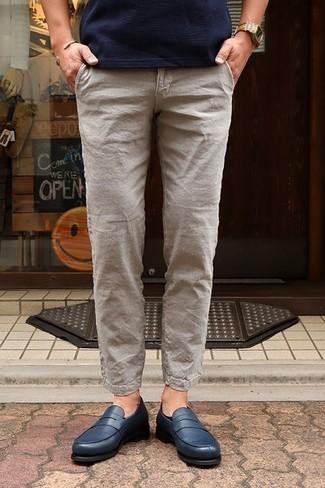 Combinar un pantalón chino de lino en beige: Intenta combinar una camiseta con cuello circular azul marino junto a un pantalón chino de lino en beige para un almuerzo en domingo con amigos. Con el calzado, sé más clásico y complementa tu atuendo con mocasín de cuero azul marino.
