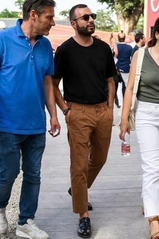 Moda para hombres de 30 años: Intenta ponerse una camiseta con cuello circular negra y un pantalón chino en tabaco para una vestimenta cómoda que queda muy bien junta. ¿Te sientes valiente? Opta por un par de mocasín de cuero negro.