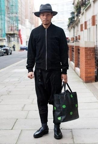 Combinar una chaqueta: Utiliza una chaqueta y un pantalón chino negro para cualquier sorpresa que haya en el día. Elige un par de mocasín de cuero negro para mostrar tu inteligencia sartorial.