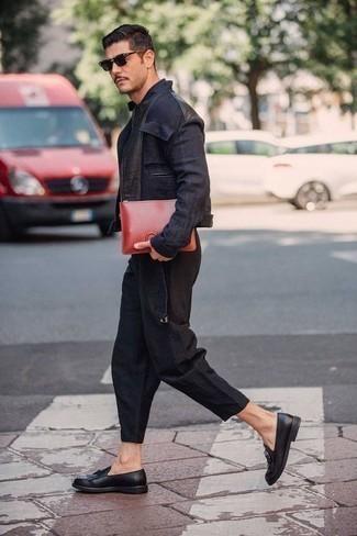 Outfits hombres: Considera ponerse una cazadora de aviador vaquera azul marino y un pantalón chino negro para una vestimenta cómoda que queda muy bien junta. ¿Por qué no ponerse mocasín de cuero сon flecos negro a la combinación para dar una sensación más clásica?