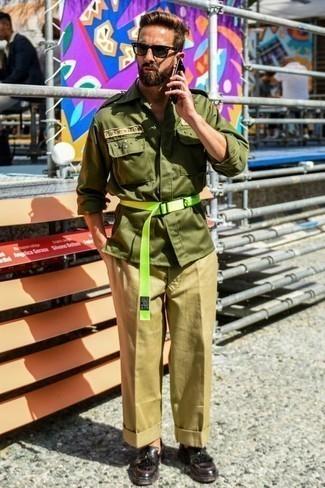 Combinar un pantalón chino marrón claro: Para crear una apariencia para un almuerzo con amigos en el fin de semana ponte una chaqueta militar verde oliva y un pantalón chino marrón claro. ¿Te sientes valiente? Opta por un par de mocasín de cuero сon flecos burdeos.