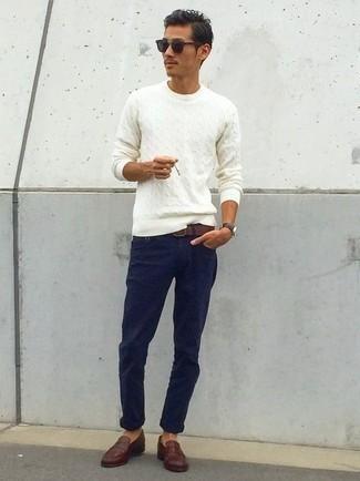 Combinar un jersey de ochos blanco: Para un atuendo que esté lleno de caracter y personalidad elige un jersey de ochos blanco y un pantalón chino azul marino. ¿Te sientes valiente? Completa tu atuendo con mocasín de cuero en marrón oscuro.