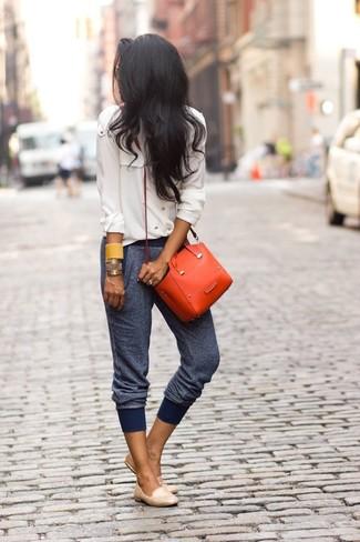 Cómo combinar: bolso bandolera de cuero naranja, mocasín de cuero en beige, pantalón de chándal azul marino, camisa de vestir de gasa en beige