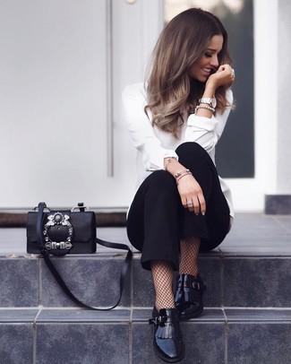 Un pantalón de pinzas de vestir con una blusa de manga larga blanca: Casa una blusa de manga larga blanca junto a un pantalón de pinzas para sentirte con confianza y a la moda. Mocasín de cuero сon flecos negros son una opción estupenda para complementar tu atuendo.