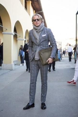 Combinar un blazer de lana a cuadros gris: Empareja un blazer de lana a cuadros gris con un pantalón de vestir de lana a cuadros gris para un perfil clásico y refinado. Mocasín de cuero negro son una opción incomparable para complementar tu atuendo.