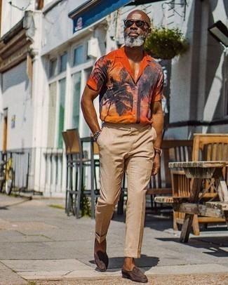 Combinar un pantalón de vestir marrón claro: Haz de una camisa de manga corta estampada naranja y un pantalón de vestir marrón claro tu atuendo para el after office. Usa un par de mocasín de ante en marrón oscuro para mostrar tu inteligencia sartorial.