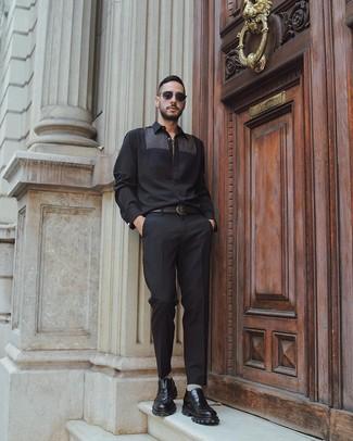 Cómo combinar: correa de cuero negra, mocasín de cuero grueso negro, pantalón de vestir negro, camisa de manga larga negra