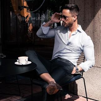 Cómo combinar: gafas de sol negras, mocasín de ante en marrón oscuro, pantalón de vestir negro, camisa de manga larga de rayas verticales en blanco y azul marino