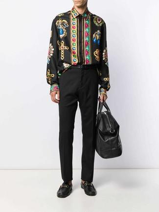 Cómo combinar: bolsa de viaje de cuero negra, mocasín de cuero negro, pantalón de vestir negro, camisa de manga larga estampada negra