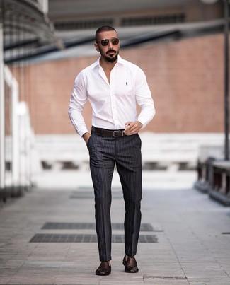 Cómo combinar: correa de cuero en marrón oscuro, mocasín de cuero tejido en marrón oscuro, pantalón de vestir de rayas verticales en gris oscuro, camisa de vestir blanca
