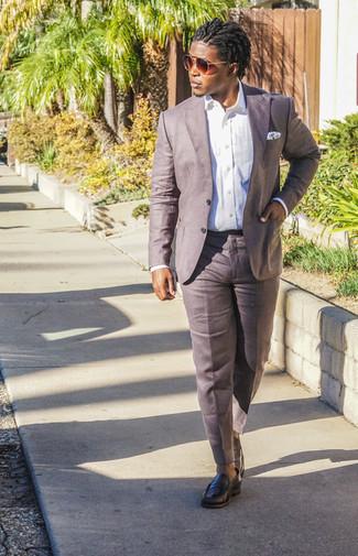 Combinar unos pantalones: Haz de una camisa de vestir blanca y unos pantalones tu atuendo para un perfil clásico y refinado. Con el calzado, sé más clásico y opta por un par de mocasín de cuero negro.