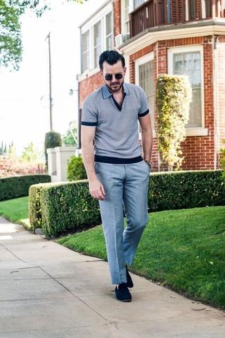 Cómo combinar: gafas de sol negras, mocasín de ante azul marino, pantalón de vestir gris, camisa polo gris